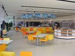 イメージカラーのオレンジと白が基調の、広いショールームです!明るく開放的なスペースには季節に合わせた飾りもしています☆
