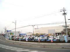 メーカー問わず高品質な中古車を展示中です!全車1年間走行無制限の保証付きです!
