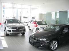 ショールームには新車の展示もございます!
