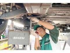 サービス工場も併設しておりますので、点検車検も承っております。