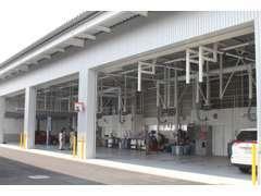 「クルマと安心を綴る」店舗裏には大型整備工場を構えております!技術確かなスタッフがお客様の安心を守ります!