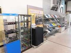 サービス待ちのお客様でも雑誌・カー用品も展示しております。
