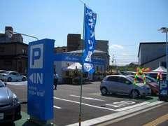 当店入口です。青い看板が目印です。