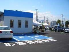広々展示場です。お客様駐車場も完備致しております。