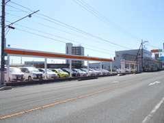 新車・中古車・サービスの大型総合店舗です。70~80台の中古車を展示しております。