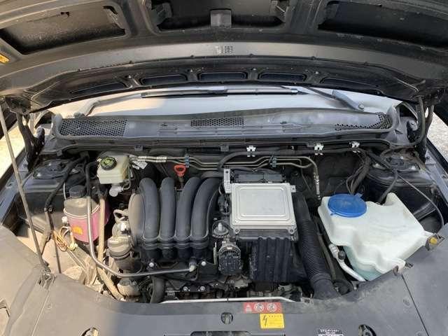 エンジンはタイミングチェーン式のエンジンです。 タイミングベルト式とは違い、10万km走っても、新車から10年経っても、基本的には交換は不要と言われておりますので、チェーン式だとほっと一息安心ですね!