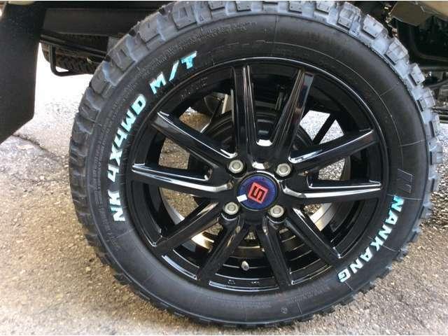 ☆新品!!≪14インチアルミホイール&タイヤ≫☆タイヤも≪ブロックタイヤ≫を使用♪※アルミホイールの真ん中のロゴ部分は、新品の為に青いテープになってますが、剥がせば黒になります☆