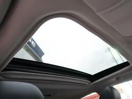 ●人気の装備の【ムーンルーフ】付き☆風を取り入れる事ができ車内からの開放感と、高級感もアップします☆