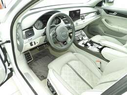 明るい色のレザーシートはマッサージ、ヒーター&ベンチレーション機能が備わりとても快適なシートです。