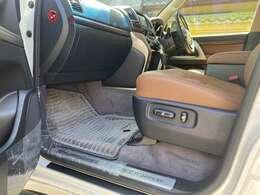 運転席、助手席の足元も新車時のビニールも各所に新車時の状態を保っております。