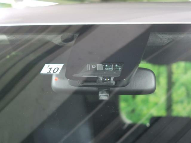 【衝突被害軽減ぶれー】渋滞などでの低速走行中、前方の車両をレーザーレーダーが検知し、衝突を回避できないと判断した場合に、ブレーキが作動。追突などの危険を回避、または衝突の被害を軽減します。