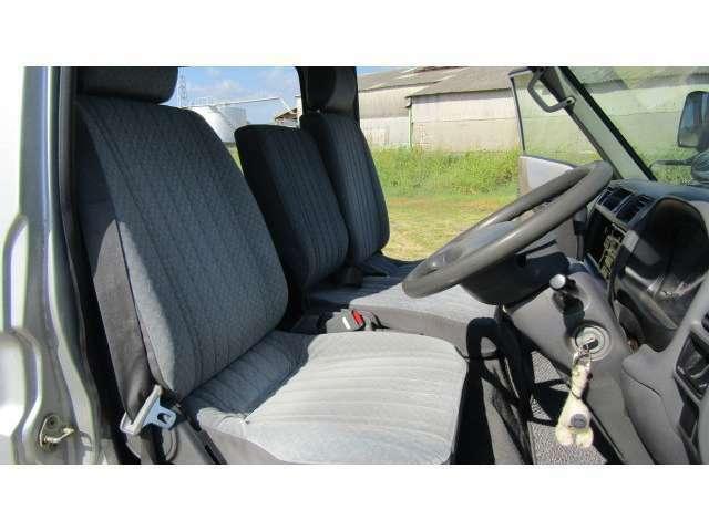 運転席、助手席に大きなシミや汚れ等無く、比較的綺麗な状態ですよ♪