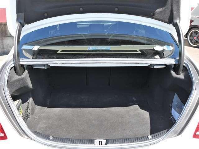 セダンならではの、トランクスペース!リアシートを倒せば、大きい荷物も収納可能です。倒さなくてもゴルフバック3セット可能!
