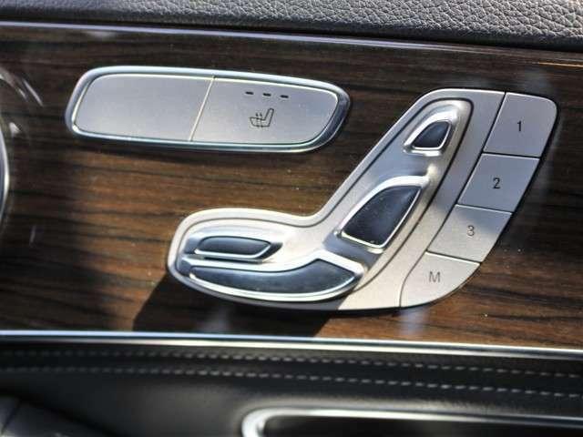運転席にメモリー付きパワーシートが付いていますので無段階でお好みのポジションにセットできます。細かく自分仕様のシートポジションへ設定してください☆