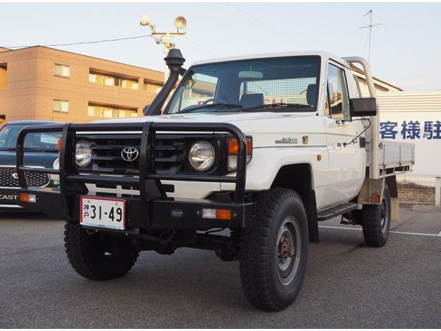 ランドクルーザー70ピックアップ。アルミトレー掲載いたします。日本国内では珍しいグレードとなります。リスク承知で仕入れた車両です。大切にしていただける方に乗っていただきたいです。