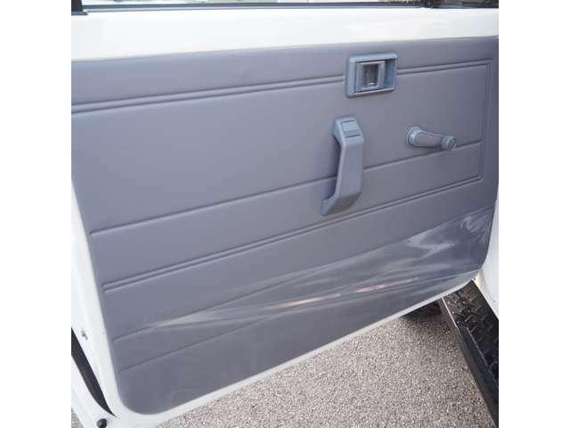 ドアトリムはもちろん新品に交換してます。ドア内部の清掃後サービスホームカバーの新調で綺麗にはなっていますが、年式相応にドアパネルの歪みがございます。