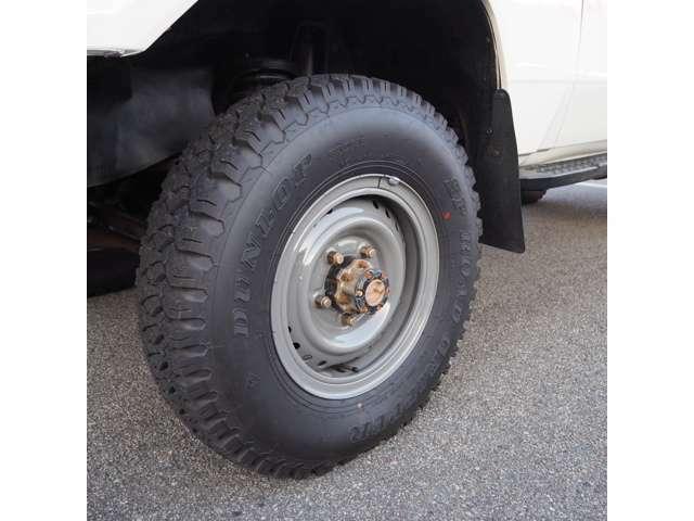 タイヤ、ホイールはトヨタ純正リングホイール、DUNLOPロードグリッパー 7.50-16を装着しております。個人的にはこのスタイルが私はかっこいいと思います。