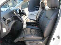 高級感のある黒本革シート!!助手席、オットマン付きパワーシート♪ 簡単操作でお好きなポジションに合わせられます♪