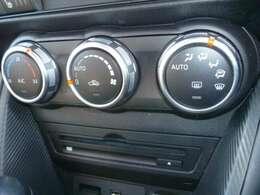 運転中の操作も簡単に出来る、ダイヤル式のオートエアコンです。