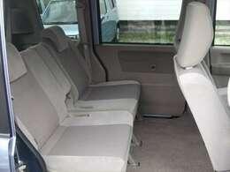 ●シートスライド付き後部座席