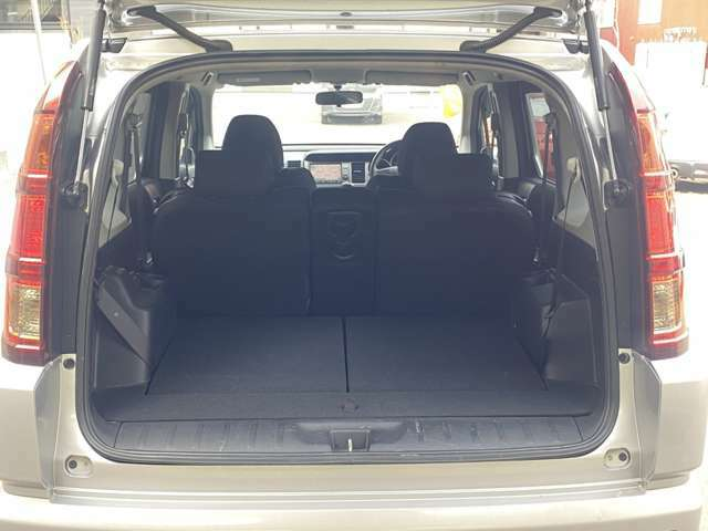 リアシートは可倒式です。大きな荷物を載せたいときに便利です。レジャー用途でも活躍してくれます。