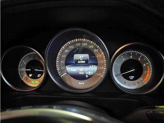 ●ホワイトイルミネーションで視認性の良い大型の3連メーターとなります。中央にはインフォメーションディスプレイが備わっており、ナビ案内や燃費情報、車両の状態、詳細設定などが確認できます(^^)/