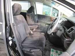 フロントシートのお写真です。 広い足元と、ゆったり座れるシートは長時間の運転でも疲れにくくなっております♪