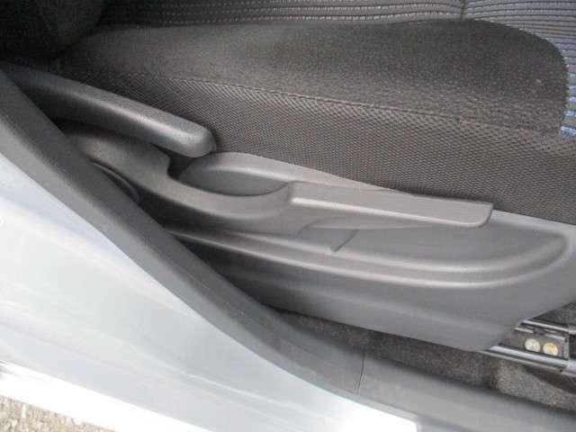 運転席のシートは前後にスライドするだけではなく、シートの上下も調整することが出来るシートリフター機能付き!自分の身長に合ったポジションで運転出来ます