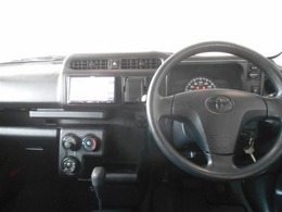 ブラックを基調としたシンプル装備で使いやすいデザインの運転席周り。
