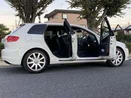 <右サイド外装>給油口こちら側です。ガソリンマーク横の矢印側に給油口がありますよ♪(車種によっては矢印がない車もあります。)