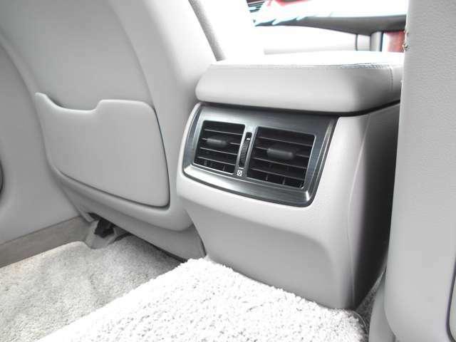 これも案外と便利な快適装備です!リヤエアコンルバーも装備していますから後部座席でもロングドライブも快適にお過ごし頂けます!さすがはクラウンです!