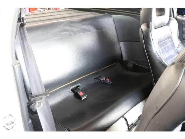 リアシートは背もたれ部分に裂け破れがありますのでご納車前に張り替え致します。