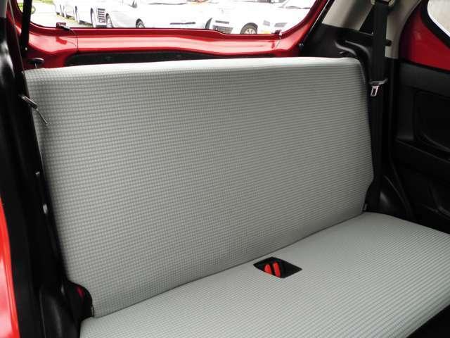 後部座席も綺麗な状態です。ISOFIX対応しております。足元には純正マットがついております。