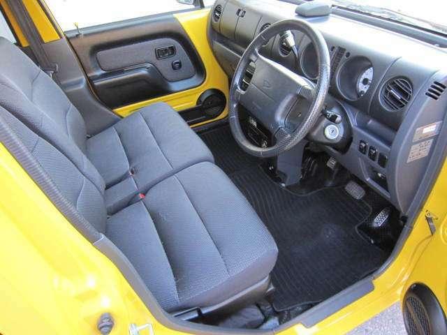 後期モデルでコラムシフトのため、前席もゆったり座れるベンチシートタイプになっています。