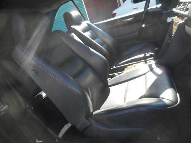 黒革、パワーシートにシートヒーターも付いています!