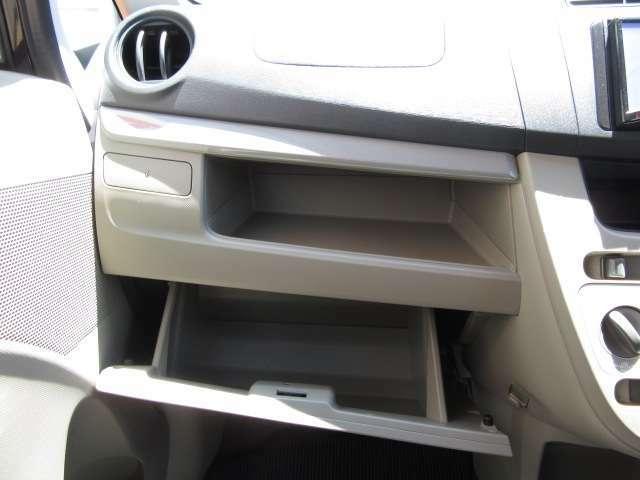 助手席にはグローブボックスのほかに小物を収納できるスペースもあります♪