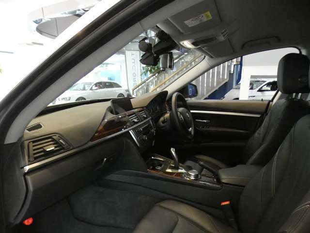 ブラックを基調とした車内に、希少なバール・ウォールナット・ウッド・トリム(象嵌細工)を組み合わせた、上質でエレガントな雰囲気を演出したインテリアです!
