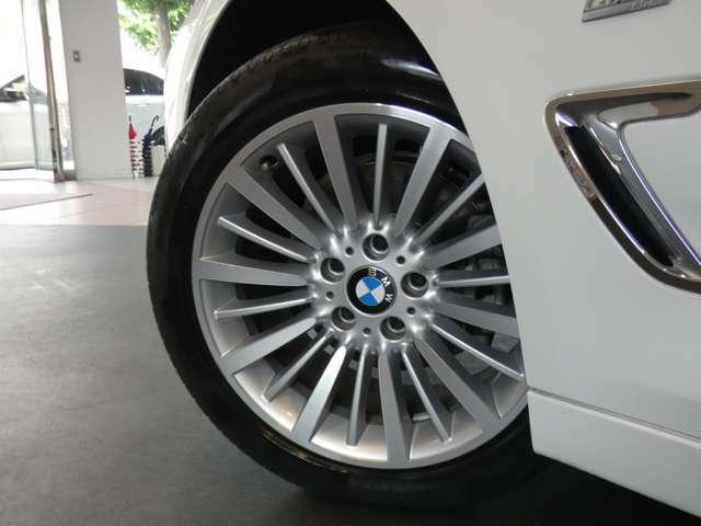 スタイリッシュなデザインが人気の18インチ・マルチスポーク・アロイホイールを装備!BMW純正サスペンションシステムを搭載し、メーカー特有の安心・安定感のあるブレーキシステムです!