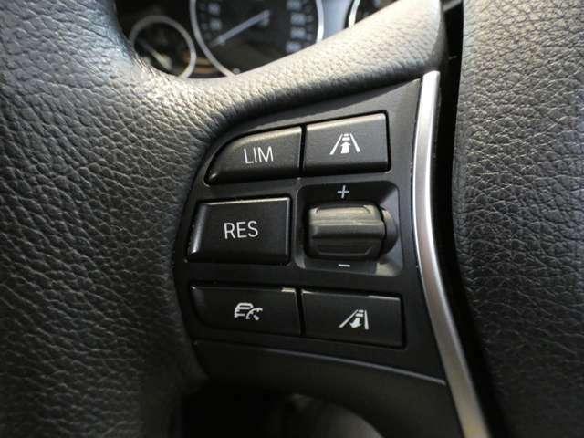 前方の車の位置を検知し自動的に距離を調整するアクティブクルーズコントロールを搭載!緊急ブレーキ機能インテリジェントセーフティ、レーンディパーチャーウォーニングなど安全支援装備も充実しております!