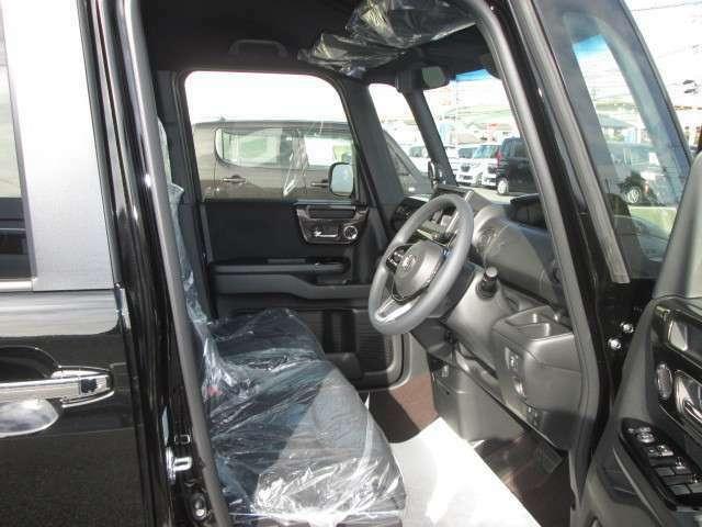 前席は人気のベンチシートタイプなので運転席、助手席の行き来が楽々です☆