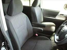 運転席はブラックを基調とした厚手の布地を採用しています。座り心地やサポート感も良好です。また、ルームクリーニング&除菌処理済みです。安心してお使いください。