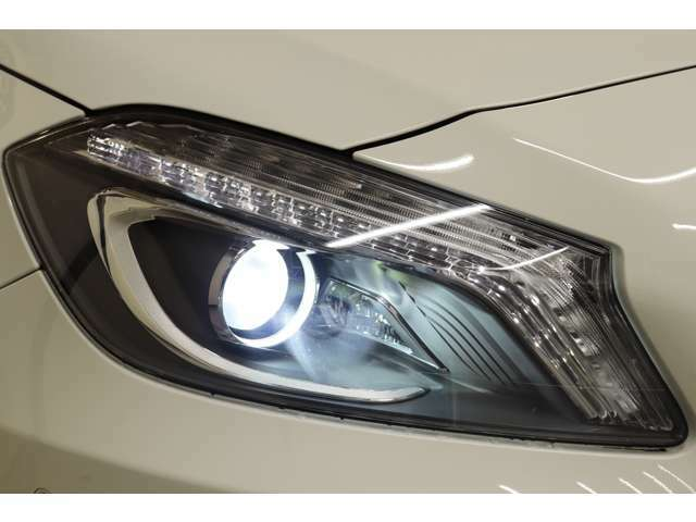 視認性に優れたキセノンヘッドライト&ウォッシャー(レッドリング付き)を搭載!運転者様の夜間走行をサポート致します!!