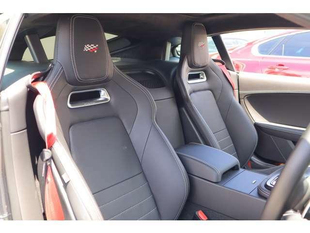 チェッカーフラッグエディション専用のシートに赤色のシートベルト。