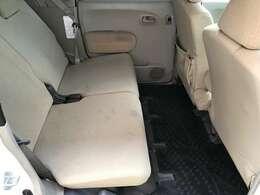 後部座席は、大人が普通に座れる広さがございます。