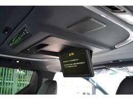■後席用リアモニターが装備されておりますので、後席にお乗りの方も退屈せずドライブを楽しんでいただけます。