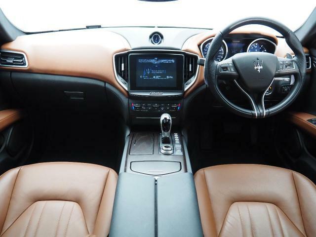 インテリアは12方向電動調整式フロントシート、シートヒーターが装備され、スポーティーな走りの楽しみと快適性を両立。