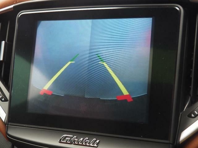 バックカメラだけでなくフロントカメラも装備していますので、駐車時の不安も軽減できます。