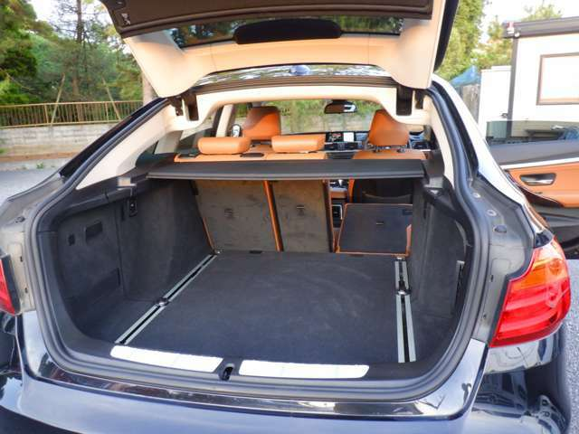 ラゲッジルームも広く、 スタイリングと実用性の両方を兼ね備えた、お洒落なお車です♪