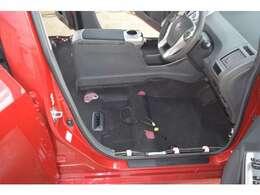 運転席フロア画像です!運転席はやはり一番汚いです・・。色々と落ちてます。車内で過ごす時間が長ければ長いほど汚れています・・。徹底的にクリーニングしたフロアです!どうですか!?この綺麗さ!