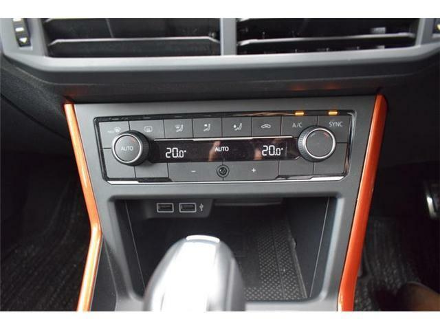 2ゾーンフルオートエアコンディショナー。USBポートの他にもテクノロジーパッケージ搭載車なので対応したスマートフォンをワイヤレスチャージ出来ます。
